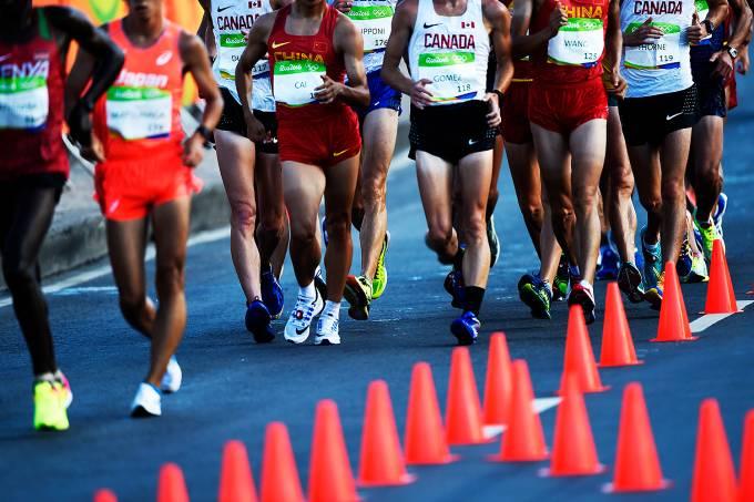 Atletas da marcha atlética durante a prova dos 20km masculino, nas Olimpíadas Rio 2016