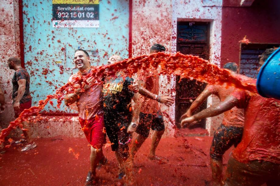 """Participantes lançam polpas de tomate durante as festividades anuais da """"Tomatina"""", na aldeia de Buñol, em Valência, na Espanha. 160 toneladas de tomates maduros são utilizados durante o evento - 31/08/2016"""