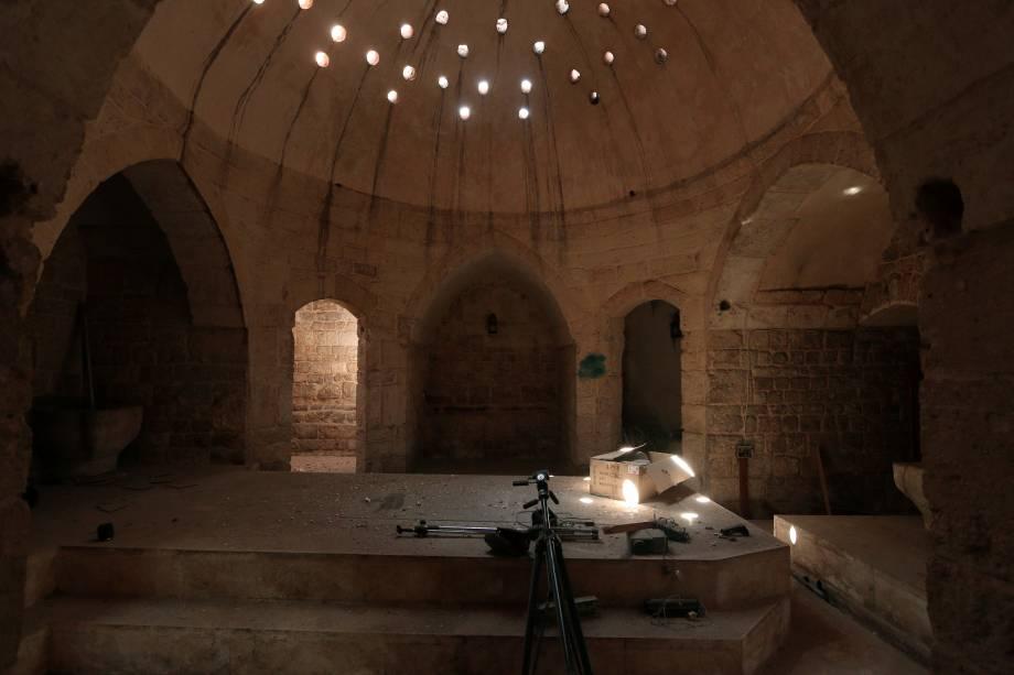 Tripés e um projetor são fotografados em um local usado por combatentes do Estado Islâmico como centro de mídia em Manbij, na Síria - 17/08/2016