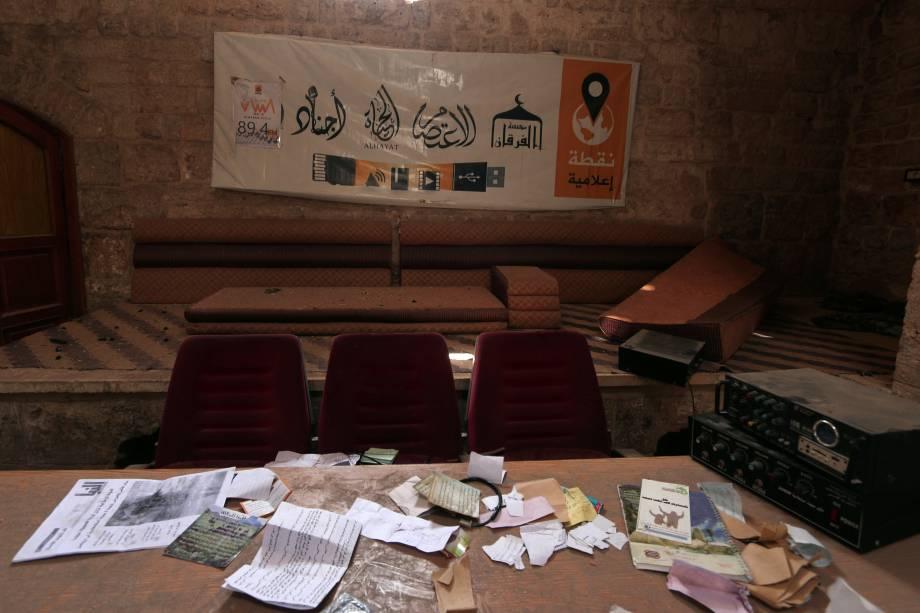 Imagem retirada de um vídeo mostra um local usado como centro de mídia por militantes do Estado Islâmico, na cidade retomada de Minbaj, na Síria - 17/08/2016