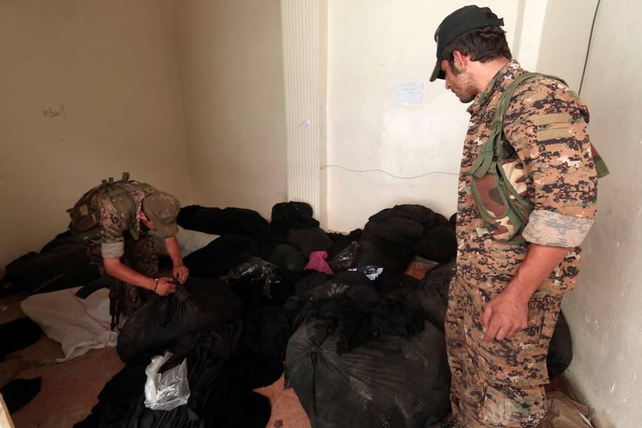 Membros das Forças Democráticas Síria inspecionam um centro que foi usado pela polícia religiosa do Estado Islâmico (al-Hisbah) em Manbij, na Síria - 17/08/2016