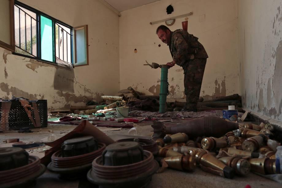 Membro das Forças Democráticas Síria inspeciona um local usado por combatentes do Estado Islâmico para fabricação de explosivos, em Manbij, na Síria - 17/08/2016
