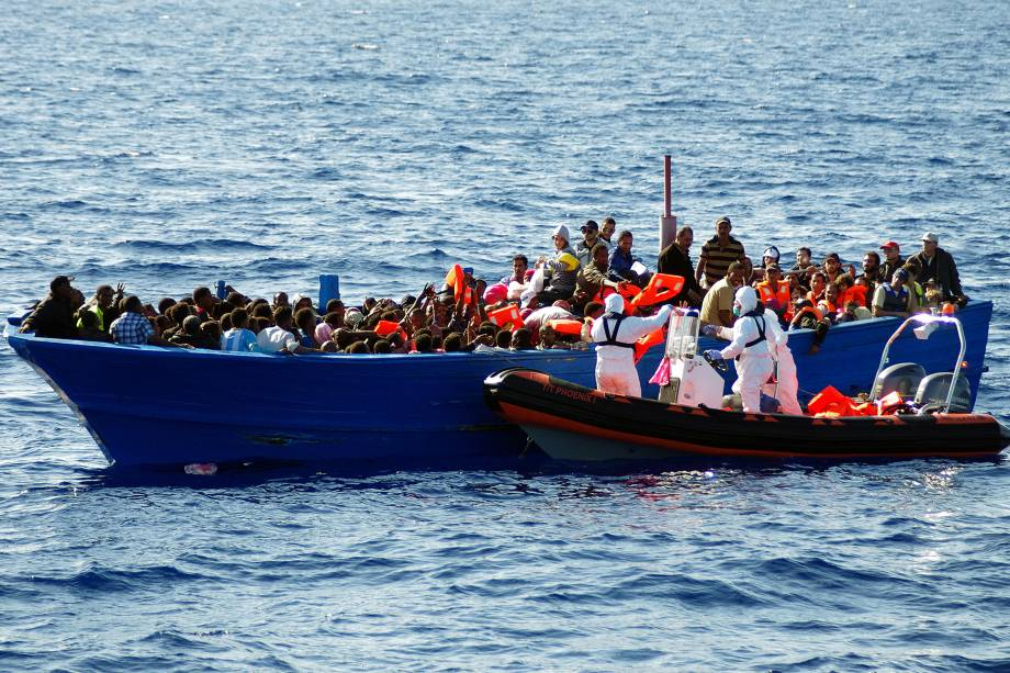 Equipe resgata um barco de imigrantes no Mar Mediterrâneo, na costa da Itália - 08/09/2014