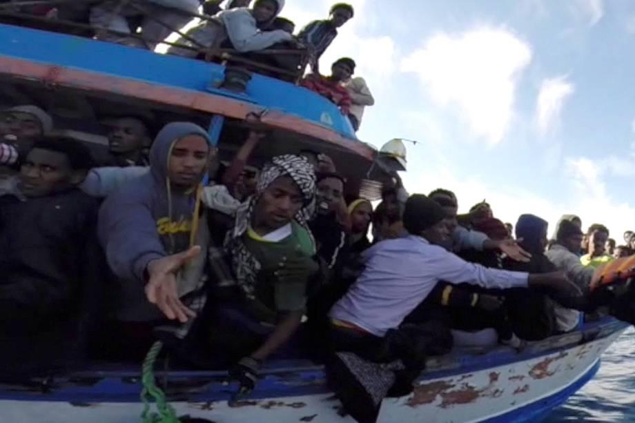 Imigrantes ilegais são intecerptados pela guarda costeira da Itália na costa da Sicília - 13/04/2015