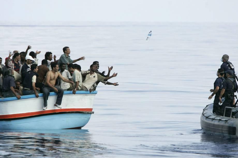 Militares de Malta atiram garrafas de água para imigrantes ilegais que atravessavam o Mar Mediterrâneo - 25/09/2005
