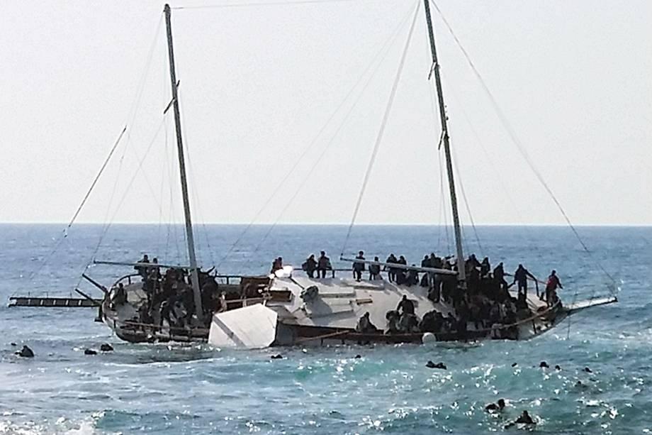 Embarcação que transportava imigrantes ilegais naufraga na costa da ilha de Rhodes, na Grécia