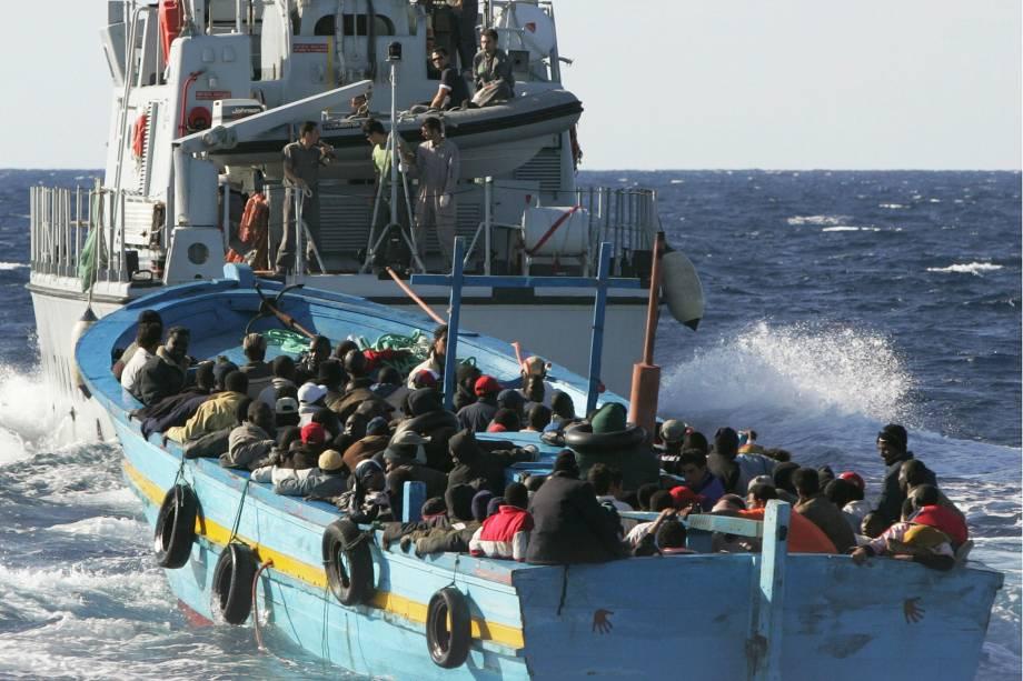 Imigrantes ilegais são resgatados pela Marinha italiana nas proximidades da costa de Lampedusa
