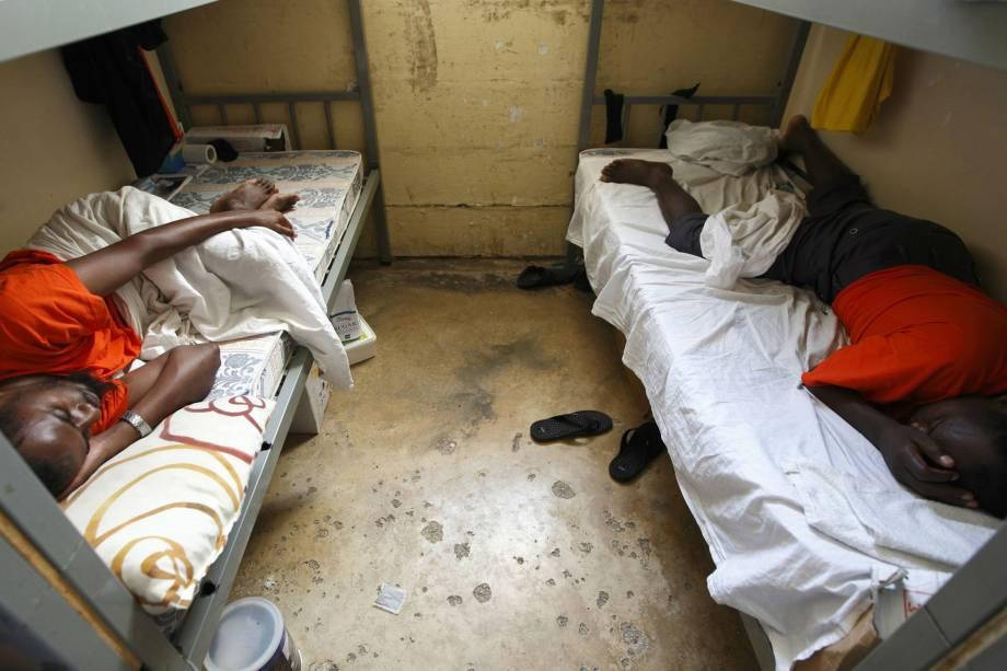 Imigrantes ilegais dormem em centro de acolhimento da cidade de Valeta, capital de Malta