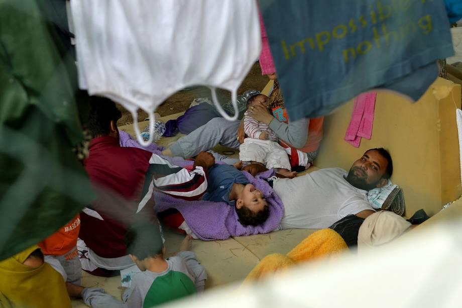 Imigrantes ilegais descansam em centro de acolhimento na ilha italiana de Lampedusa