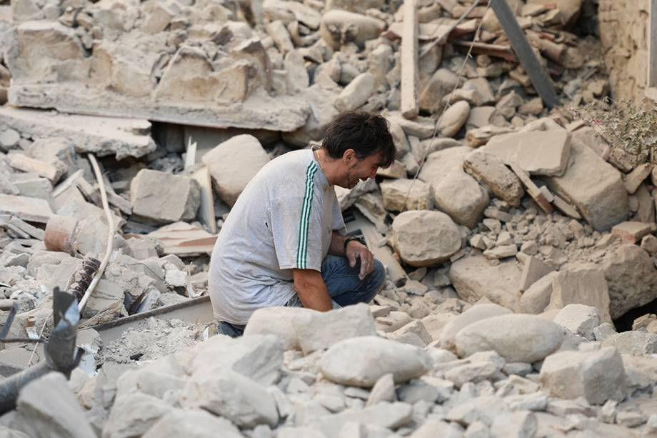 Homem chora ao ver sua casa destruída, após forte terremoto atingir a região de Amatrice, na Itália - 24/08/2016