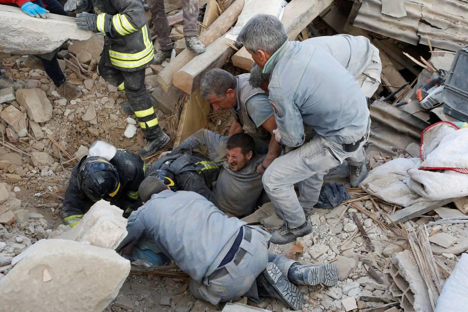 Homem é resgatado dos escombros após um terremoto em Amatrice, região central da Itália - 24/08/2016