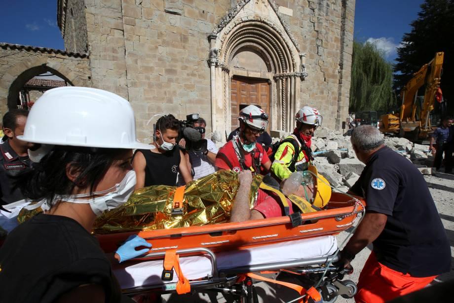 Homem ferido é resgatado após terremoto na cidade italiana em Amatrice, na Itália - 24/08/2016