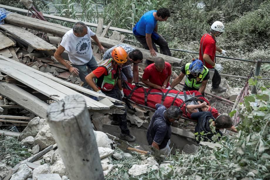 Mulher ferida é retirada de um prédio em escombros em Pescara del Tronto, na Itália - 24/08/2016
