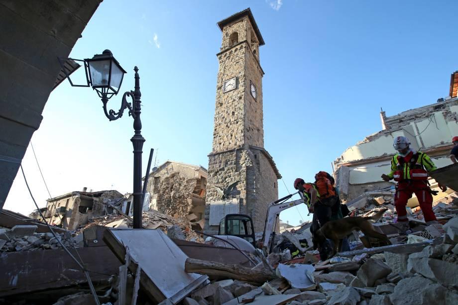 Relógio da torre marca o horário do terremoto na cidade de Amatrice, região central da Itália - 24/08/2016