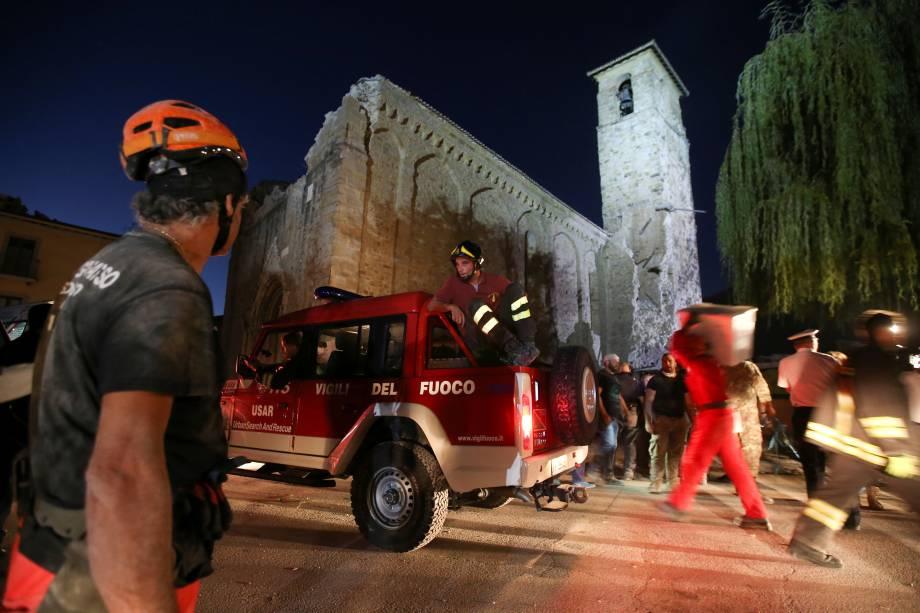 As equipes de resgate procuram por sobreviventes nos escombros após terremoto na cidade de Amatrice, na Itália - 24/08/2016