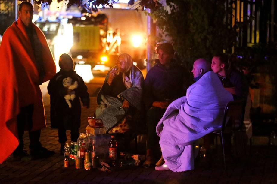 Vítimas do terremoto na cidade de Amatrice se preparam para passar a noite na rua, após terem suas casas destruídas pelo desastre - 24/08/2016