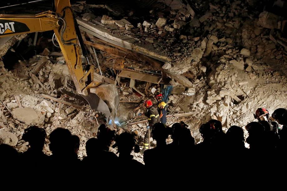 Bombeiros trabalham no resgate de vítimas do terremoto que atingiu e destruiu parte da cidade de Pescara del Tronto, na Itália - 24/08/2016