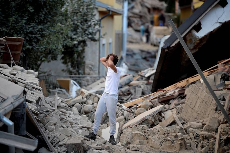 Homem se desespera ao ver prédios destruídos por terremoto na região de Amatrice, na Itália - 24/08/2016