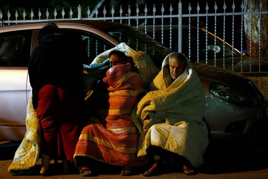 Vítimas do terremoro da Itália se protegem do frio enquanto se preparam para passar a noite na rua após terem suas casas destruídas na cidade de Amatrice - 24/08/2016
