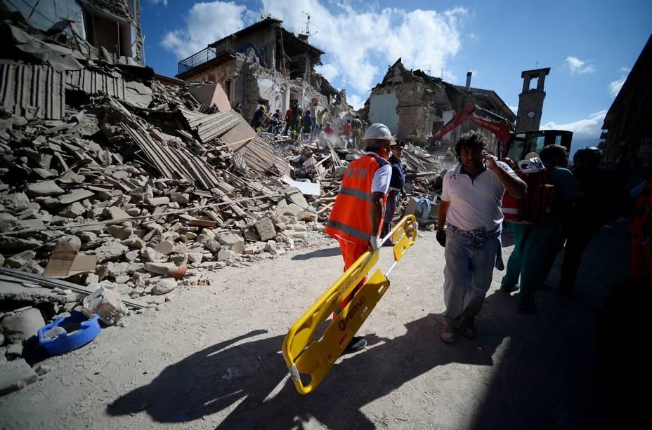 Moradores da cidade italiana de Amatrice, caminham próximos à prédios destruídos por forte terremoto - 24/08/2016