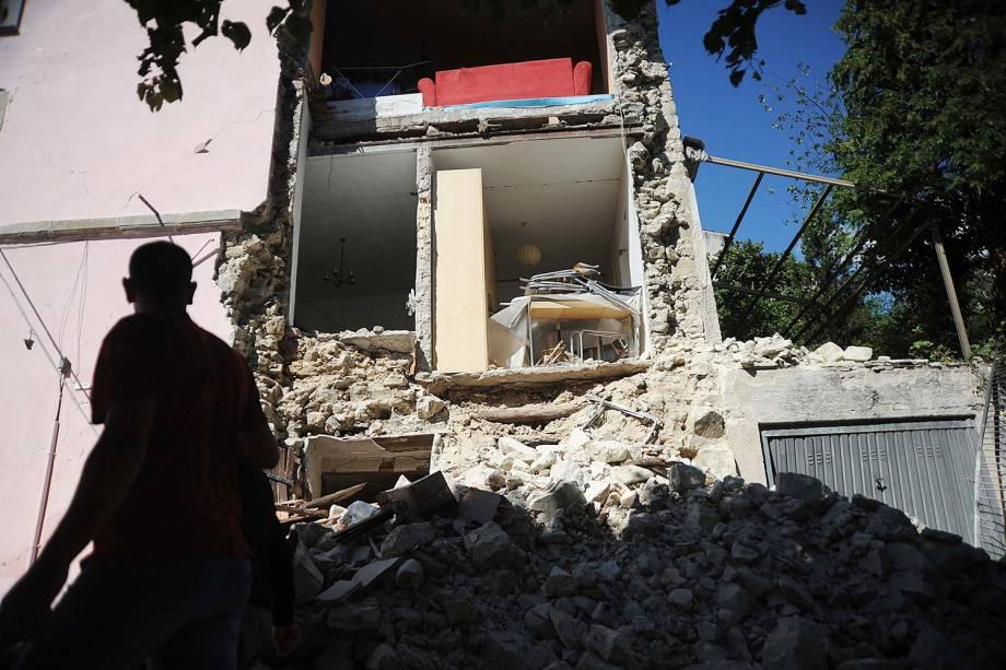 Homem observa prédio destruído em Accumoli, após forte terremoto atingir a região - 24/08/2016