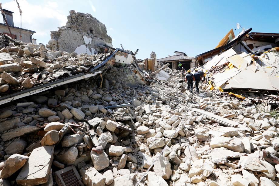 Equipes de resgate procuram vítimas em Amatrice, na Itália, após terremoto de 6,2 graus na escala Richter atingir a região  - 24/08/2016