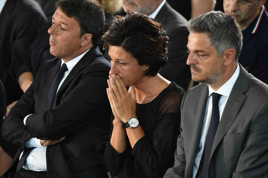 O primeiro-ministro italiano Matteo Renzi (esq) e sua esposa Agnese (centro), durante funeral coletivo das vítimas do terremoto que atingiu a região central da Itália - 27/08/2016