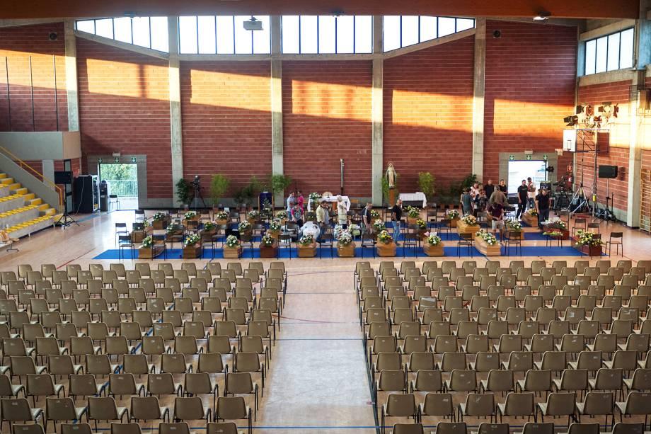Caixões de algumas vítimas do terremoto que atingiu a região central da Itália são vistos dentro de ginásio em Ascoli Piceno, antes do início de funeral coletivo - 27/08/2016