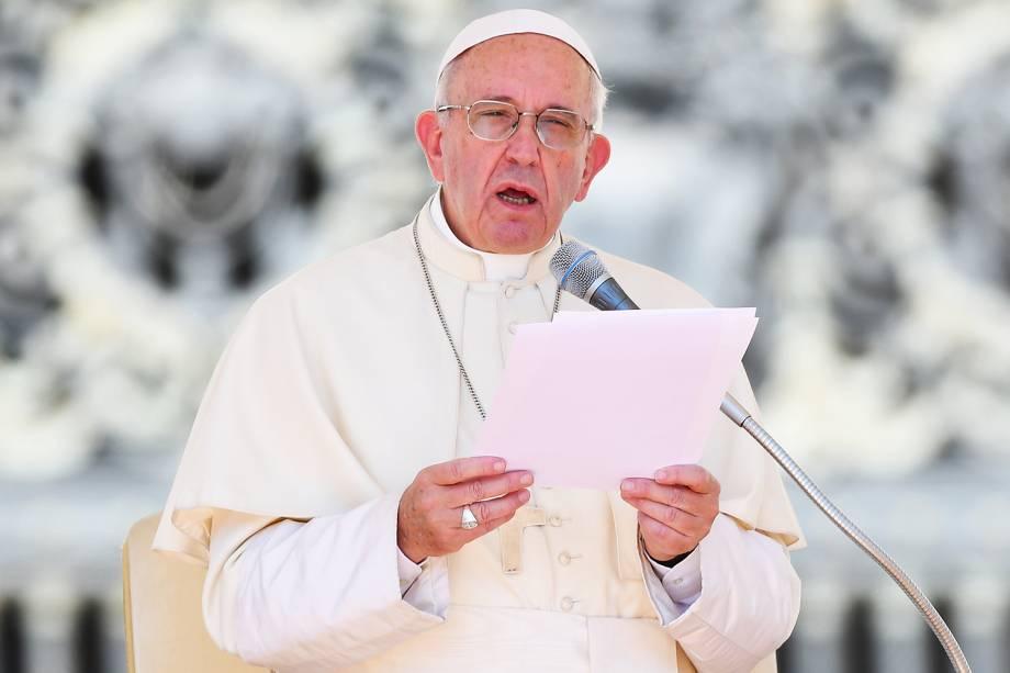 Papa Francisco presta condolências às famílias das vítimas de terremoto na Itália, durante audiência na Praça São Pedro, no Vaticano - 24/08/2016