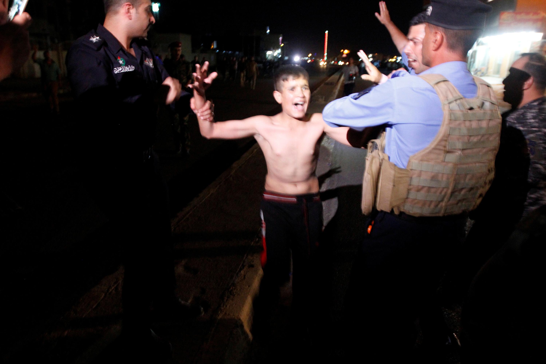 Forças de segurança retiram colete suicida de menino no Iraque