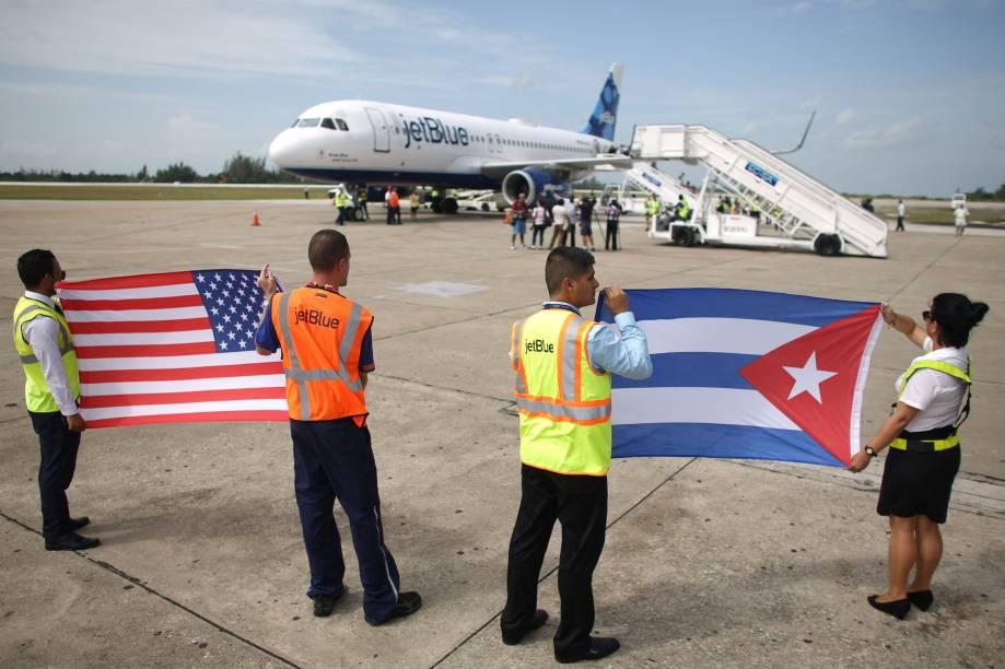 Funcionários do Aeroporto Internacional Abel Santamaria, em Santa Clara, Cuba, recebem primeiro voo vindo dos Estados Unidos em mais de 50 anos - 31/08/2016