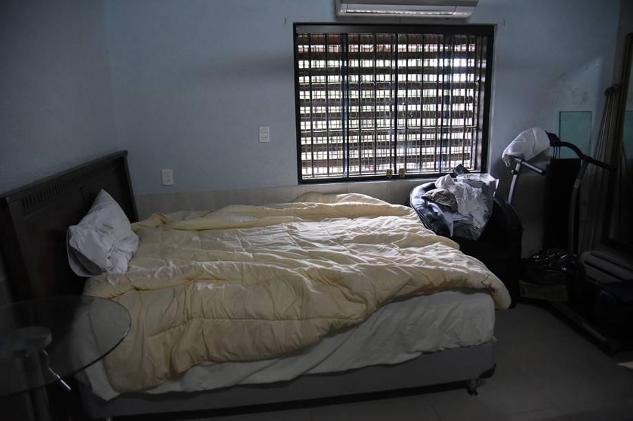 Quarto com cama de casal da cela de prisão do traficante Jarvis Chimenes, em Assunção, no Paraguai