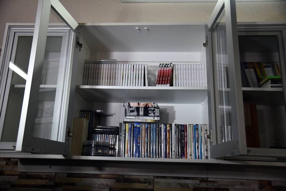 Imagem mostra armário com livros e DVDs da cela de prisão do traficante Jarvis Chimenes, em Assunção, no Paraguai