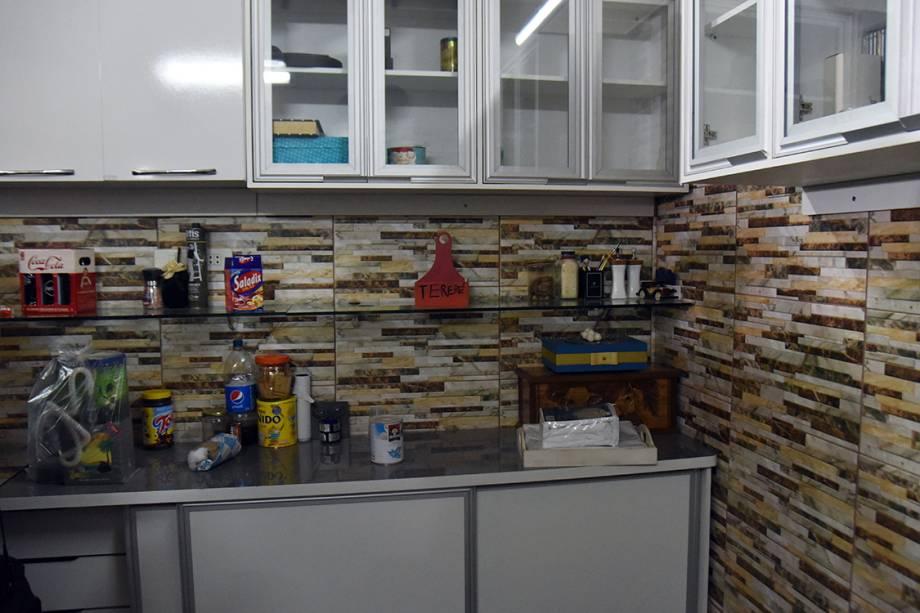 Imagem mostra pequena cozinha da cela de prisão do traficante brasileiro Jarvis Chimenes, em Assunção, no Paraguai