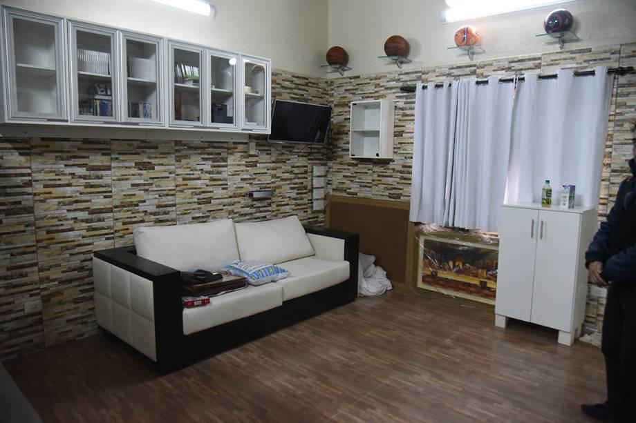 Imagem mostra sala de estar da cela do traficante brasileiro Jarvis Chimenes, que estava preso em Assunção, no Paraguai