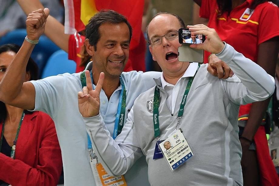 O príncipe de Mônaco, Albert, tira uma selfie durante a partida de basquete masculino entre Brasil e Espanha, nas Olimpíadas Rio 2016