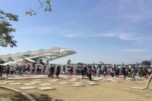 Espaço apertado para posar em frente às letras da Cidade Olímpica, perto do Museu do Amanhã