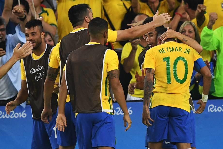 Jogadores do Brasil comemoram gol marcado por Neymar, na final contra a Alemanha