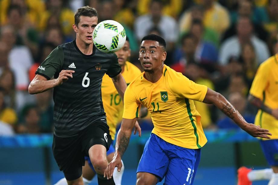 Gabriel Jesus disputa a bola na partida contra a Alemanha, pela final do futebol masculino nos Jogos Olímpicos Rio 2016