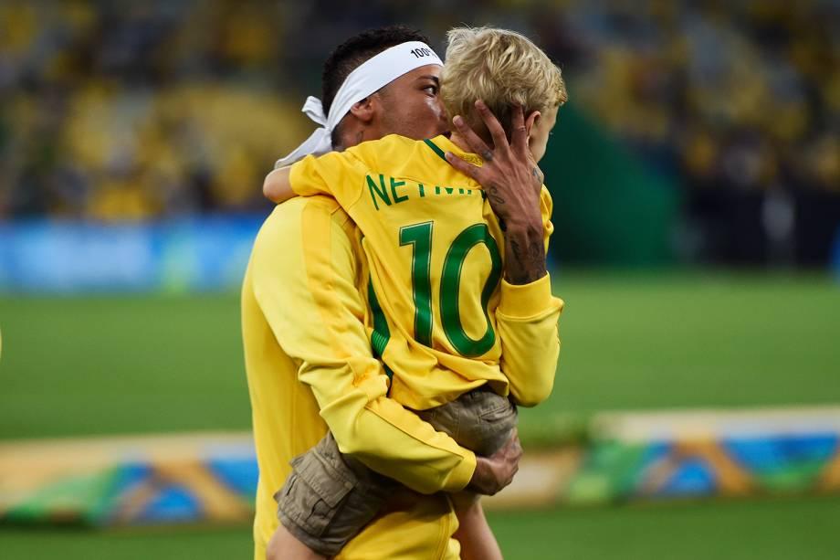 Neymar comemora a medalha de ouro com seu filho