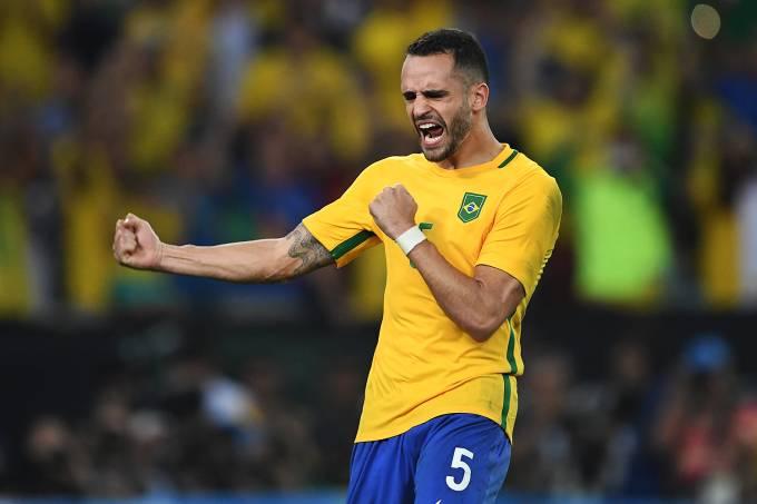 Renato Augusto comemora após marcar gol de pênalti sobre a Alemanha