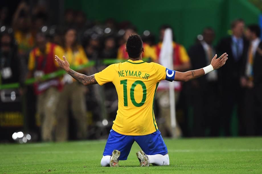 Neymar comemora após marcar gol de pênalti sobre a Alemanha