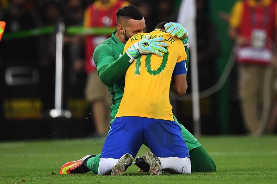 Weverton comemora com Neymar a medalha de ouro após vencerem a Alemanha nos pênaltis
