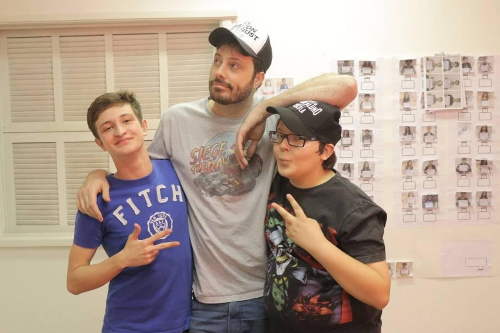 Danilo Gentili encontra o ator Daniel Pimentel (camiseta azul) e o estudante Bruno Munhoz (boné), antes do início das filmagens. Os jovens são os protagonistas do filme 'Como Se Tornar o Pior Aluno da Escola'