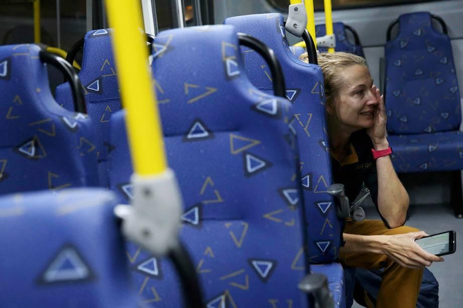 A organização dos Jogos intensificou as patrulhas policiais ao redor do Parque Olímpico na quarta-feira após um ônibus ser atingido por tiros, de acordo com o portal do tabloide inglês 'The Mirror'. As vidraças foram quebradas e estilhaços provocaram pequenos cortes em duas pessoas. Duas pessoas se feriram. Posteriormente, o Comitê Organizador dos Jogos informou que não foram tiros, mas pedras arremessadas por vândalos.