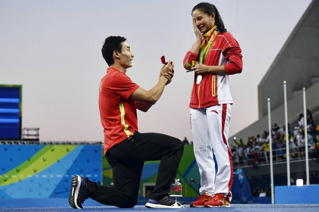 A medalhista de prata chinesa He Zi, recebe pedido de casamento de Qin Kai, no Parque Aquático Maria Lenk, no Rio de Janeiro (RJ) - 14/08/2016