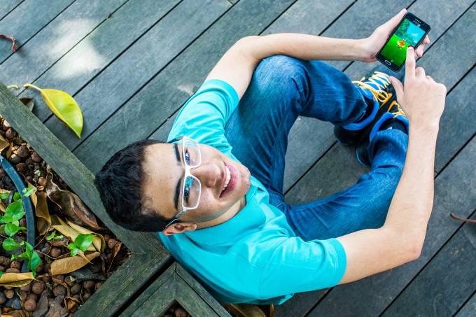 João Victor Fagundes Nascimento, de 15 anos, jogando 'Pokémon Go'