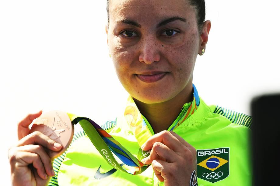 Poliana Okimoto, nadadora brasileira, comemora medalha de bronze na maratona aquática, em Copacabana, Rio de Janeiro