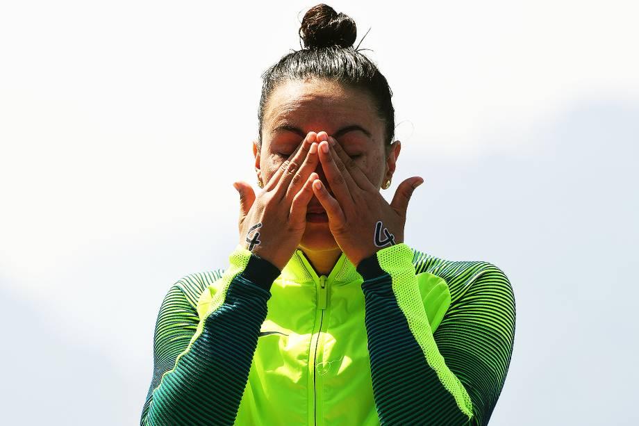 Poliana Okimoto, nadadora brasileira, se emociona ao conquistar medalha de bronze na maratona aquática, em Copacabana, Rio de Janeiro
