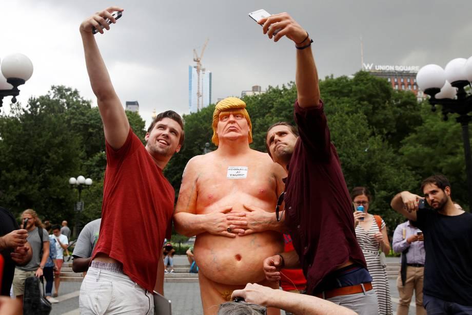 Opositores criam estátua do candidato republicano à presidência dos Estados Unidos, Donald Trump